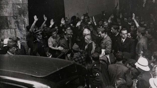 Unamuno y Astray se dan la mano el 12 de octubre de 1936 (Salamanca)