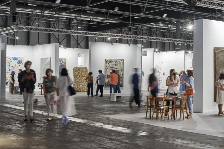Visitantes recorren Arco, la feria de arte contemporáneo más importante de España.